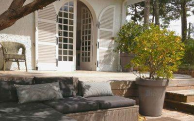 Pour un extérieur détente, installez une voile d'ombrage